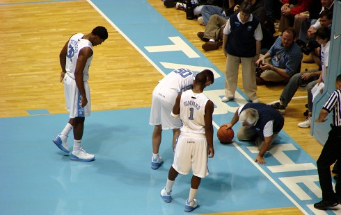 PHOTO: Tyler Hansbrough and teammates search for his lost contact lens